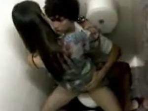 caiu na net novinha no banheiro