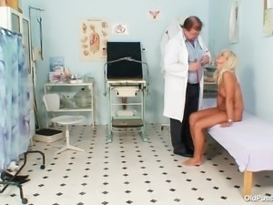 blonde mature woman got a pervert for a doctor