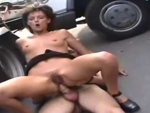 hairy mature pussy fucks on car troia anal