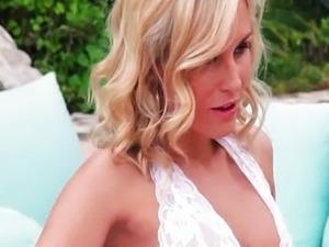 Sexy babe Laura Crystal masturbates twat in w