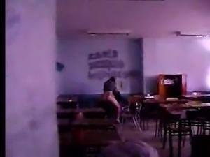 profesora y alumno cojiendo en un aula (espia)