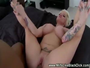 Tattooed babe gets a mouthful of cum free