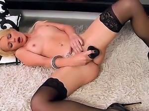 Rock-n-Roll beauty queen, Alexis Ford, masturbates on the floor and plays...