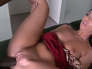 Enjoy deepthroat skills of amazing brunette babe Honey White sucking big...