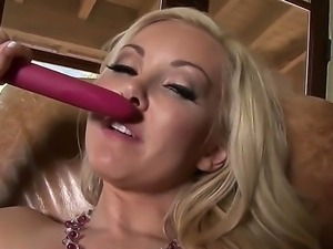 Blonde babe Aaliyah Love enjoys deep stimualting her tight vag in amazing cam...