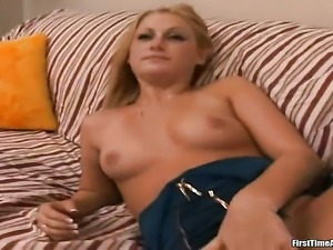 Blonde does oral job for hot fuck buddy to enjoy