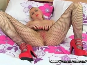 British milf Tracey Lain fucks her arse with a dildo