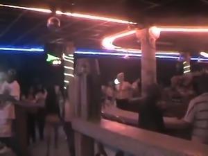 Une petite allumeuse dominicaine en  jeans dans un bar