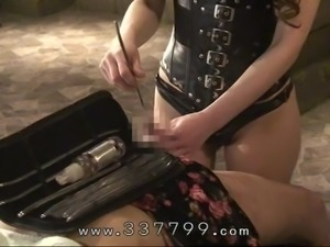 Japanese domina Kira attack the anal of the slaves by dildo drill