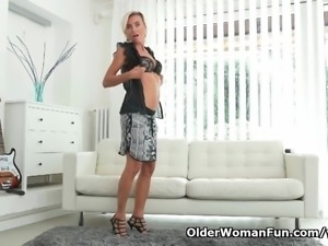 Short-haired milf Sunny pleasures her mature pussy