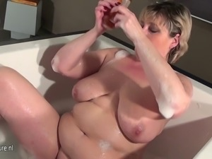 Mature slut mother with saggy tits taking a bath