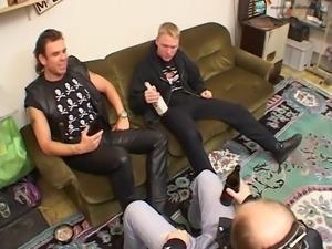 Nackt putzen fuer eine Rockerbande