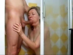 elle suce sous la douche