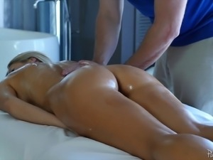 Audrey look so hot that the guy simply has to penetrate her pussy
