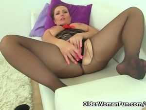 British milf Samantha can t stop toying her mature pussy