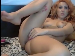 SEXY CURVEY GIRL SHOWS OFF