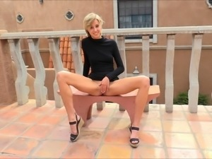 Blonde with nice ass anal toying while moaning in close up