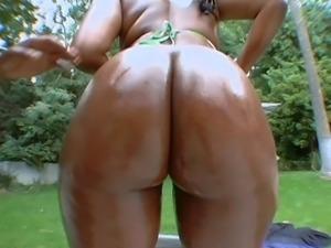 Delicious ebony hussy likes having her orgasmic twat penetrated