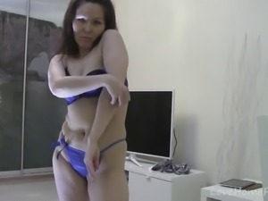 Brown-haired housewife shows off her nude body