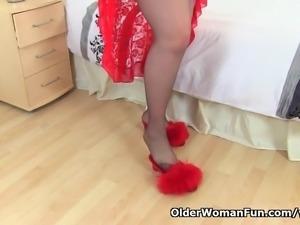UK milf Vintage Fox gets aroused in black tights