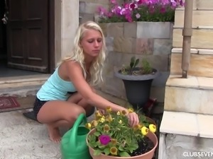 Blondie Sara J finds a perfect place outdoors to rub her clit