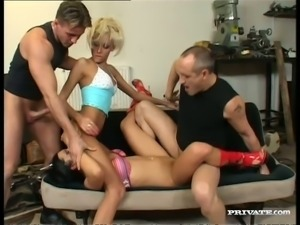 Slim blonde Nikky Blond arranges a foursome at home
