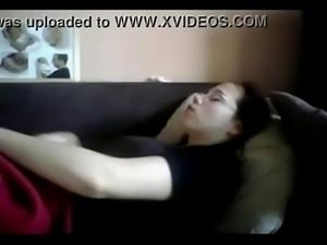 Esposa se masturbando gostoso enquanto assiste TV - www.virtusclub.com