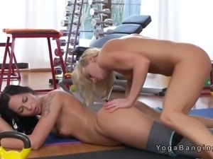 Blonde lesbian gets vibed at the gym