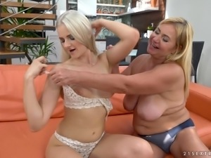Granny Katy Sky throwing her titties on her fuck babe Pam Pink