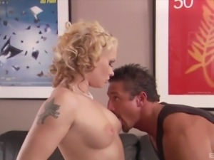 Handsome hunk wants to penetrate a stunning blonde chick