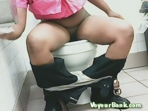 Chunky dark skin stranger lady in the toilet room wipes her pussy