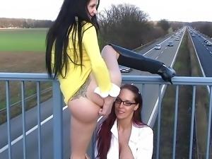 2 Schlampen machen es sich gegenseitig auf Autobahnbruecke