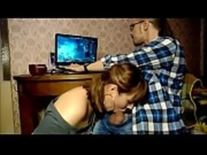 Jogando enquanto namorada paga um boquete muito gostoso