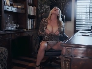 Kelly Madison is a mature woman who loves exploring her cunt
