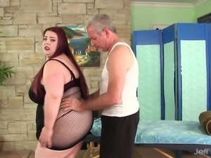Big boobed Miss Ladycakes gets a sex massage