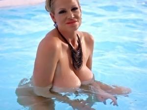 Outdoor shoot of Kelly Madison masturbating using toy