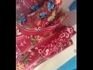 Por baixo da saia da coroa gostosa menstruada