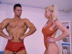 Ardent Italian nympho Lara de Santis lures bodybuilder for hot fuck