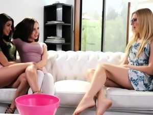 Teen lesbians pussylicking and rimming in fff