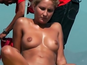 AMATEUR NUDE GIRLS IN BEACH SHOWING PUSSY NIPPLE 41