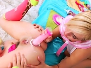 Milksquirting lezzies dildoing buttholes