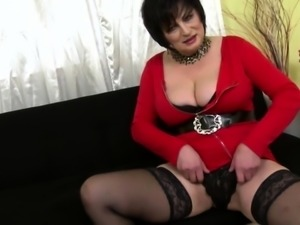 Curvy housewife Dalia doing her toyboy