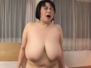 Aged playgirl spreads wide and gets bushy pussy licked hard