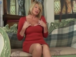 Incredibly hot mature lady Amy Goodhead is eager to pet herself